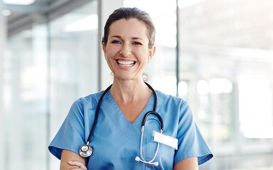 Pani lekarz ze stetoskopem naszyi