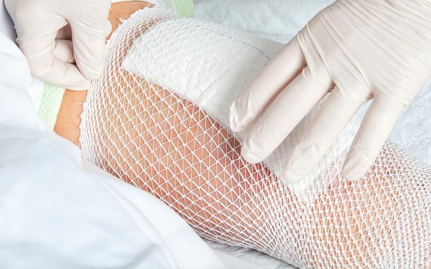 Zabandażowana dłoń pacjenta