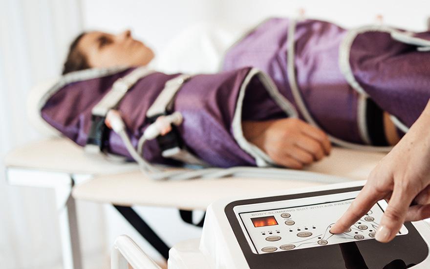 Pacjent leżący wspecjalistycznym fioletowym kombinezonie